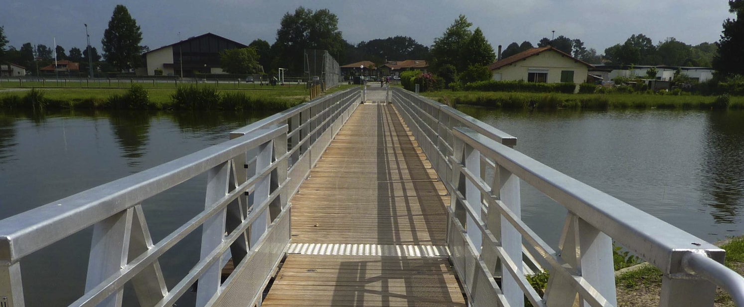 Floating footbridge