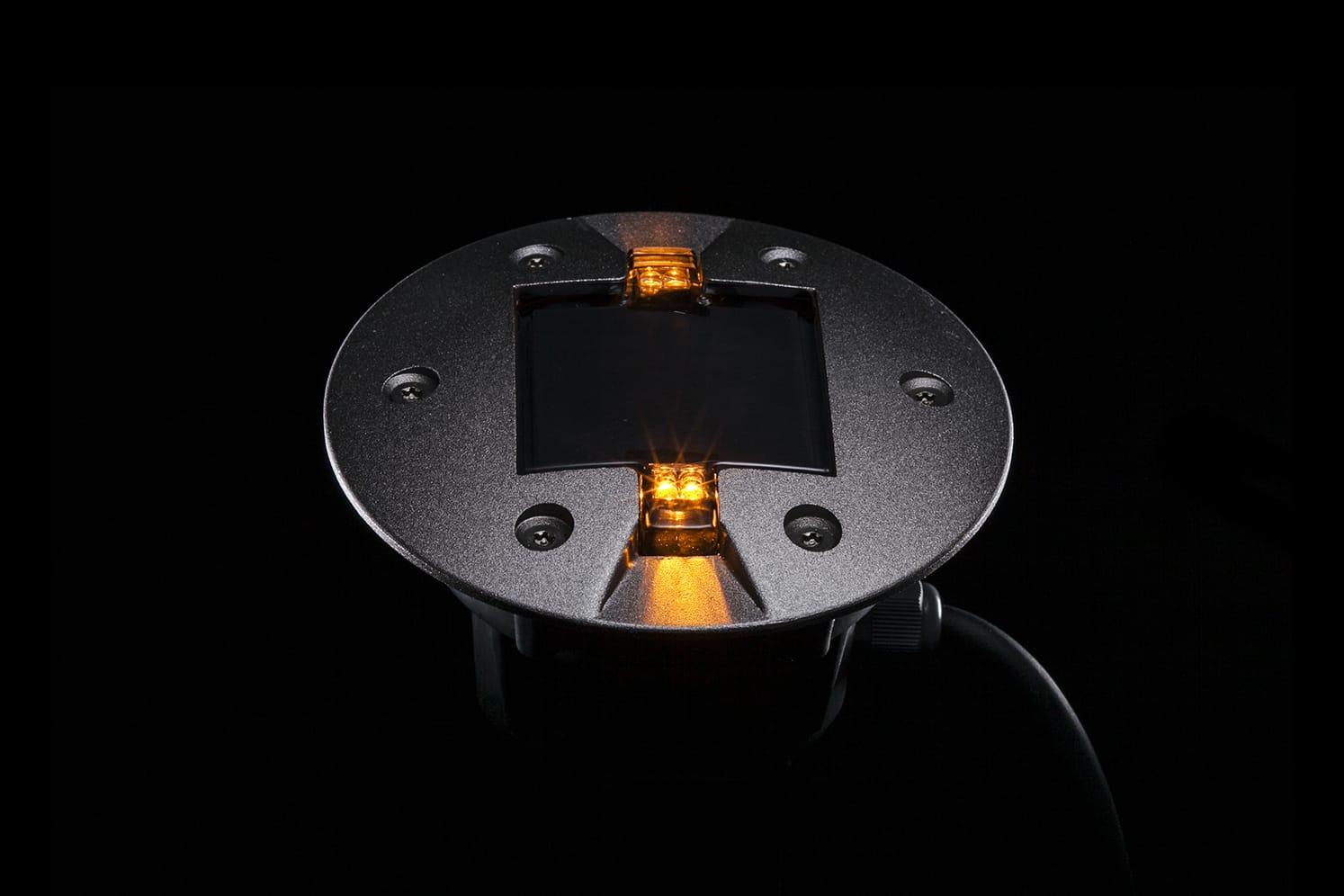 Plot LED routier ambre pour piste cyclable, voirie. ECO-843 : balisage lumineux à faible consommation énergétique adapté au passage régulier de véhicules lourds.