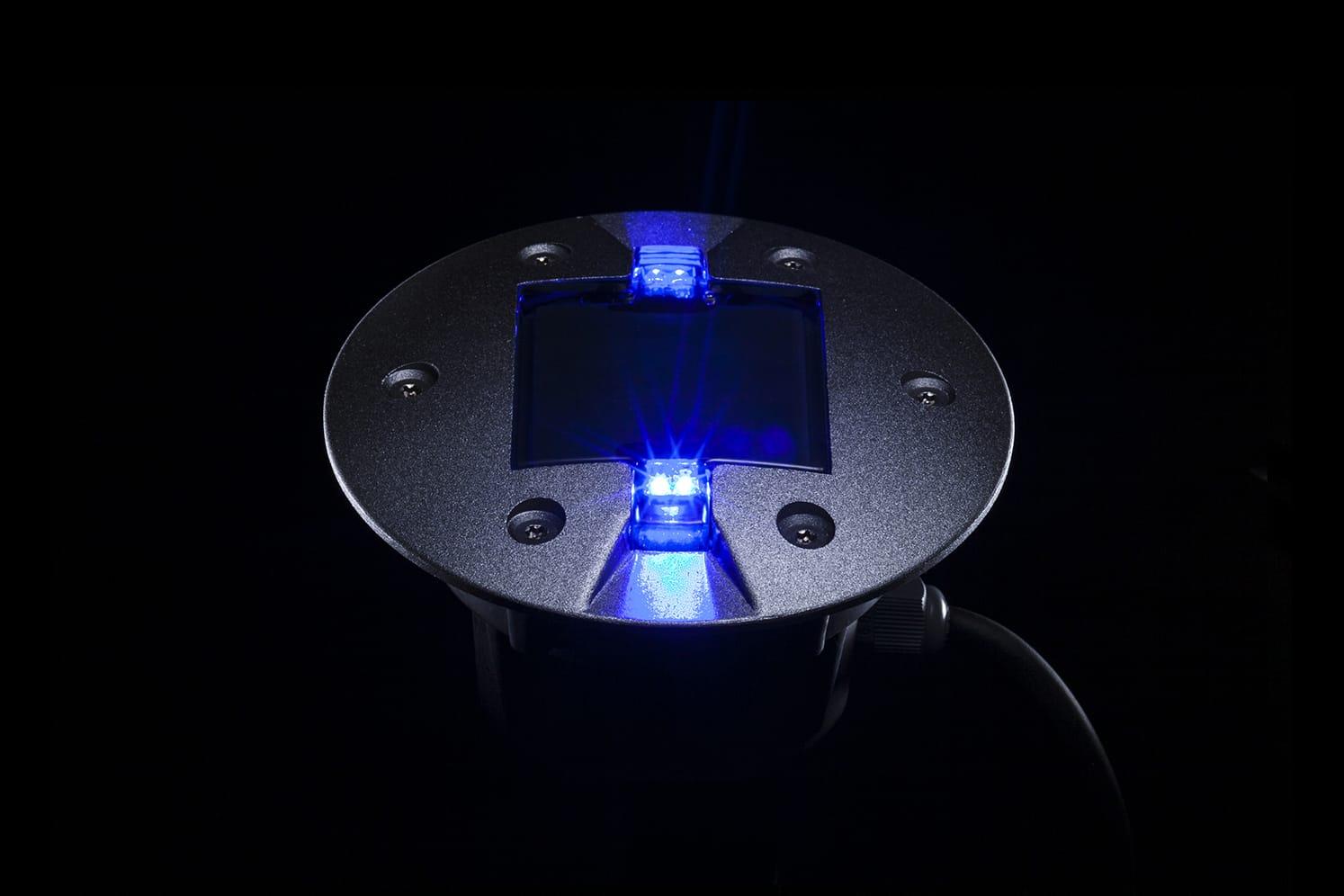 Plot LED routier bleu pour piste cyclable, voirie. ECO-843 : balisage lumineux à faible consommation énergétique adapté au passage régulier de véhicules lourds.