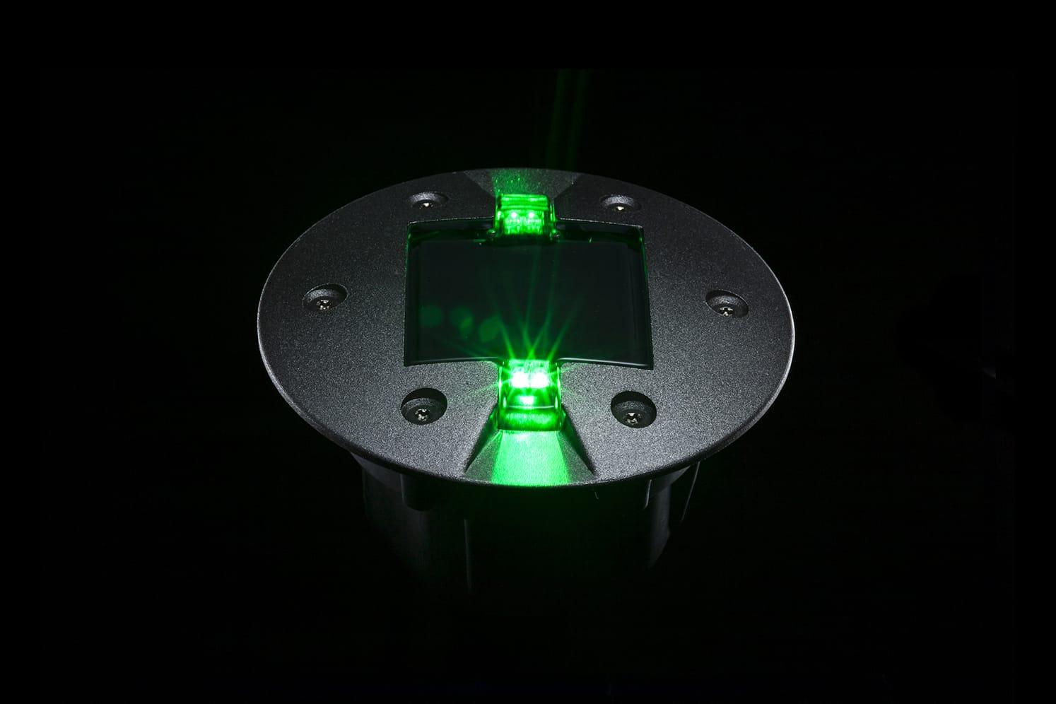 Plot LED routier vert pour piste cyclable, voirie. ECO-843 : balisage lumineux à faible consommation énergétique adapté au passage régulier de véhicules lourds.